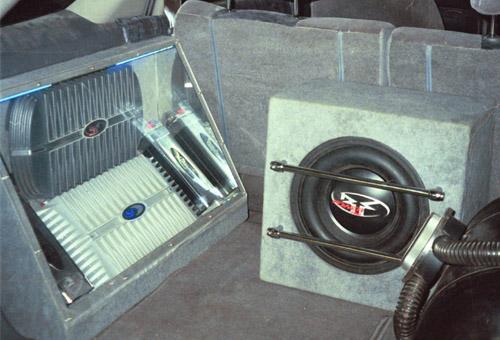 Пример установки  акустической системы в багажнике автомобиля.